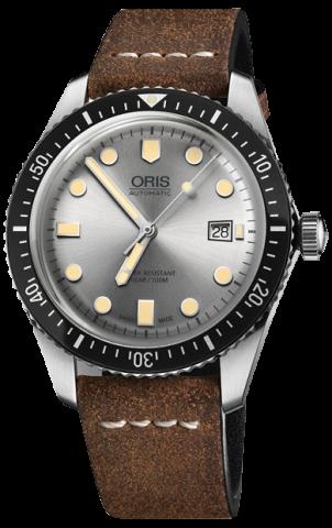 Часы Oris Divers Sixty-Five с серебристым циферблатом предлагаются на чёрном каучуковом ремешке