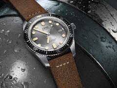 Новые модели Oris Divers Sixty-Five оснащены привлекательным серебристым циферблатом и прочным 42-миллиметровым корпусом из нержавеющей стали.